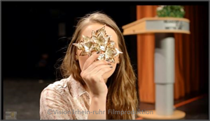 Schauspielerin mit Maske